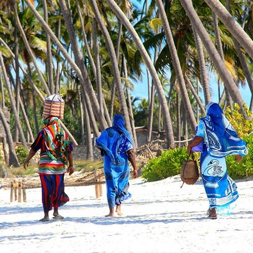 Fleurige vrouwen op het strand van Zanzibar